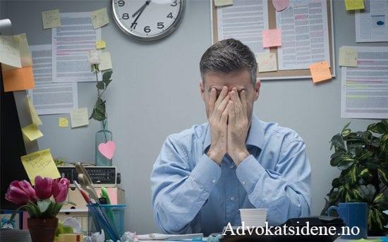 Bilde av fortvilet mann på arbeidskontor - Advokatsidene - Advokatfirmaet Skarbøvig - Advokat